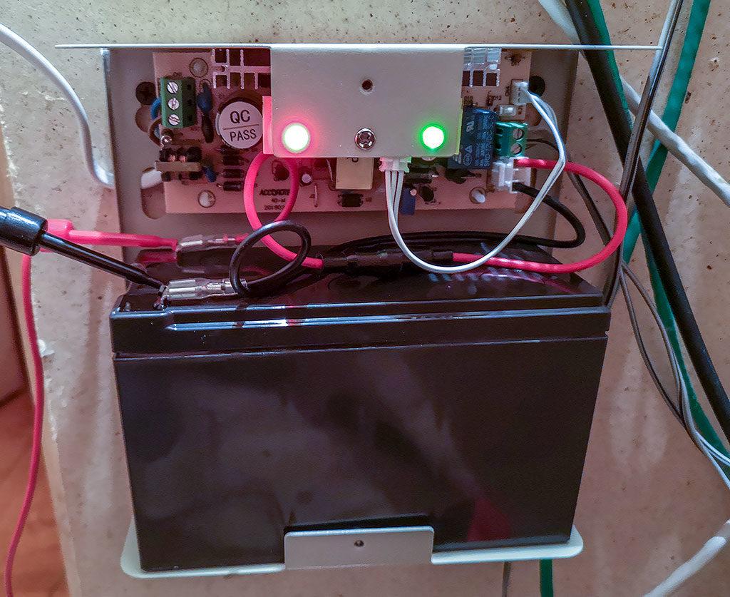 аккумулятор, ибп, 12 вольт, ибп-12 вольт, бесперебойник на 12 вольт, тест, измерение, QC pass, реле, светодиод, провода, стена