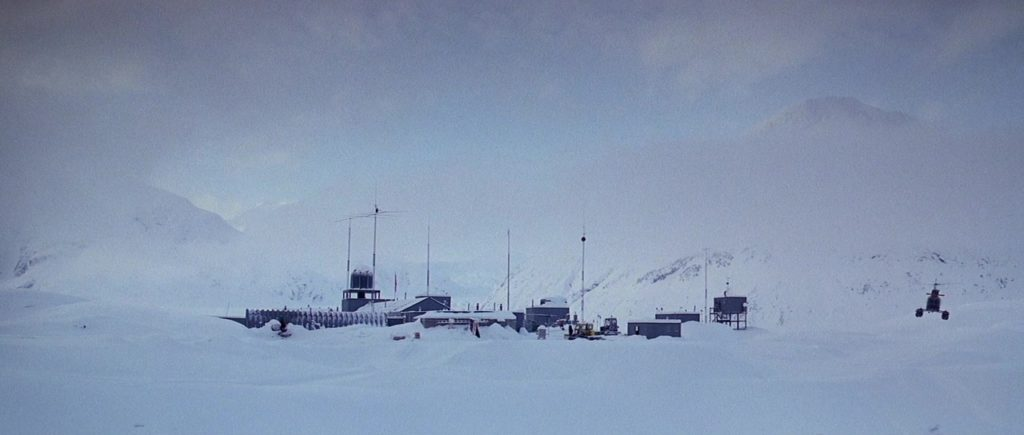 "Кадр из х/ф ""Нечто"" (1982), полярная база, горы, вертолет, снег"