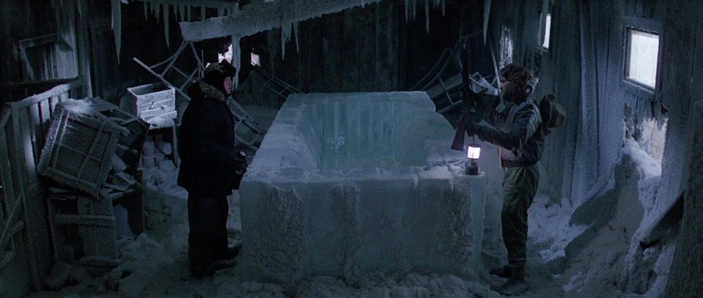 "Кадр из х/ф ""Нечто"" (1982), ледяной гроб, ледяная ванна, полярники, лампы"
