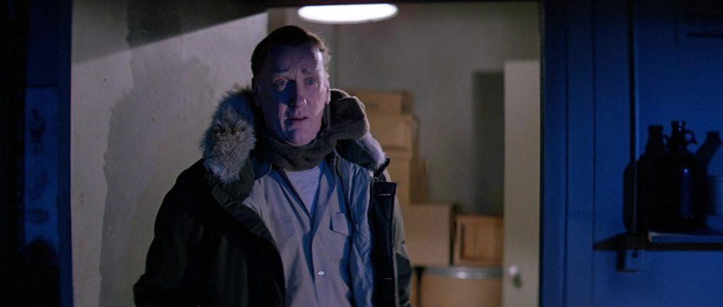 """Кадр из х/ф """"Нечто"""" (1982), бровястый, военный, шарф, куртка аляска, форма, футболка, изумление, ящики, дверь, бутыль"""