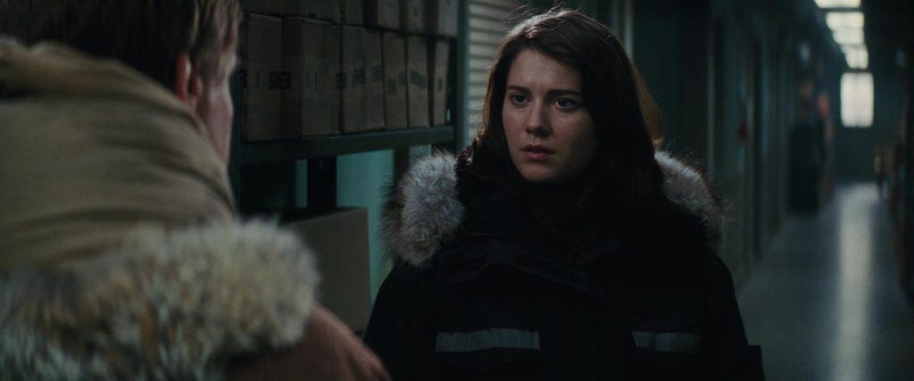 "Кадр их к/ф ""Нечто"" 2011, тетка, станция, куртка, холодно, проход, полярники"
