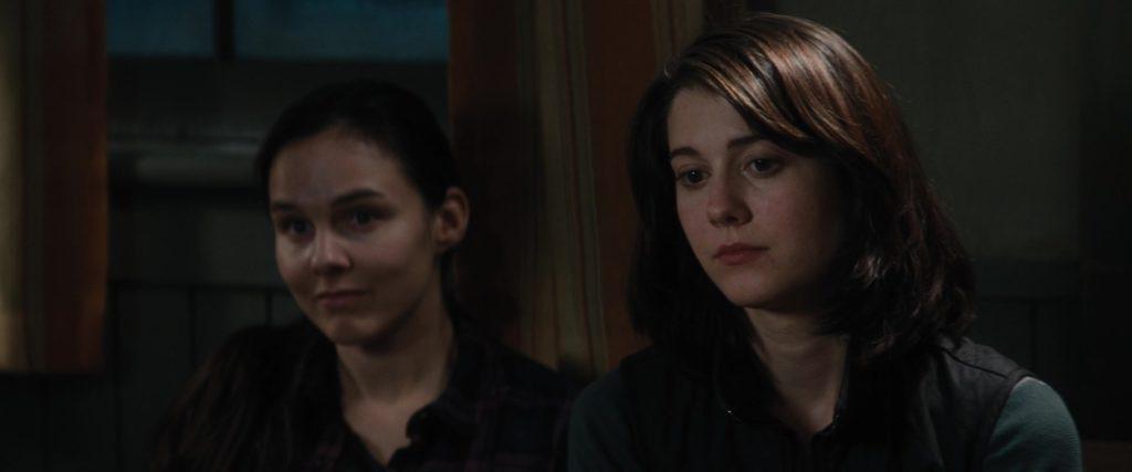 """Кадр их к/ф """"Нечто"""" 2011, две тетки, темного, окно"""