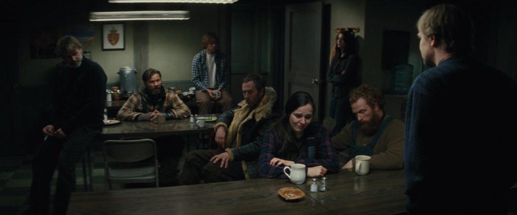 """Кадр их к/ф """"Нечто"""" 2011, кают-компания, чай, кофе, сборище"""