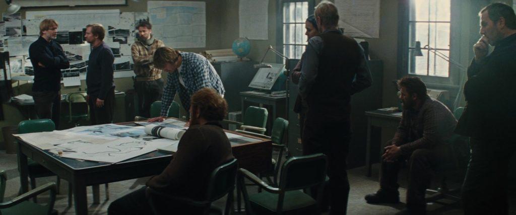 """Кадр их к/ф """"Нечто"""" 2011, рабочая комната, карты, схемы, люди, глобус"""