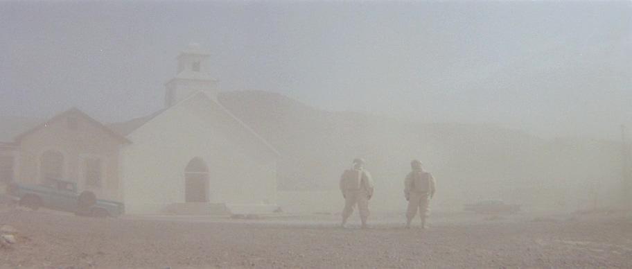 пыль, дом, церковь, машина, США, люди, скафандры, вирус
