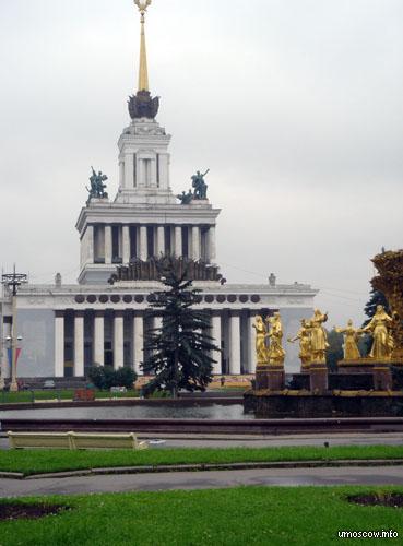 Centrail pavilion and a fountain (Центральный павильон и фонтан)