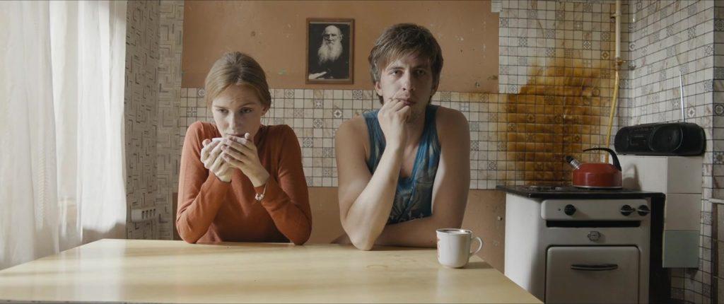паль, кухня, стакан кофе, потрет мужика с бородой, мелкая плитка, баба какая-то