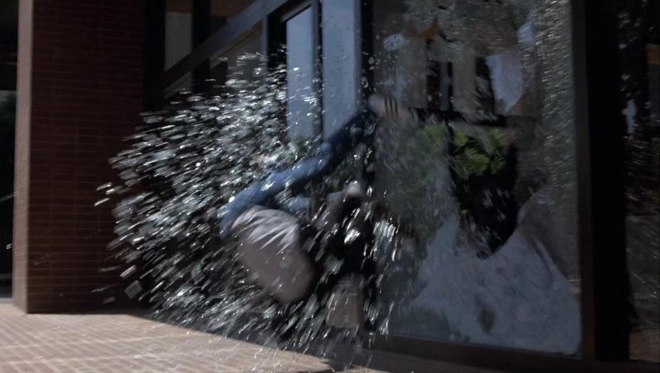 негр, выкинули через окно