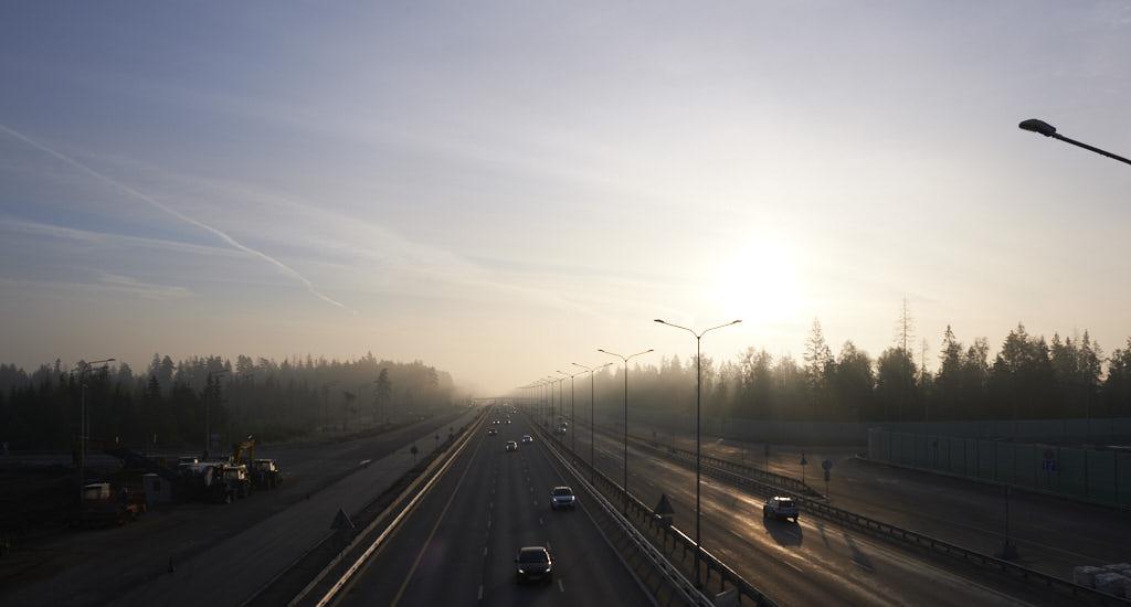 шоссе, солнце, туман, лучи