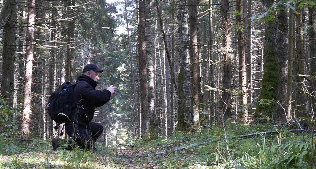 Мужик, лес, фоткает